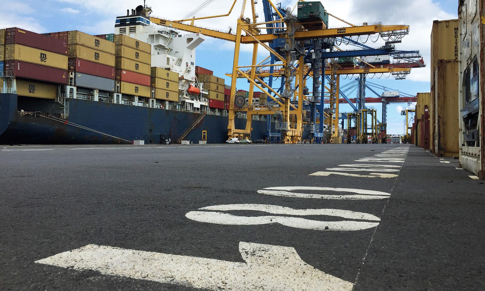 Porte container à quai, La Réunion